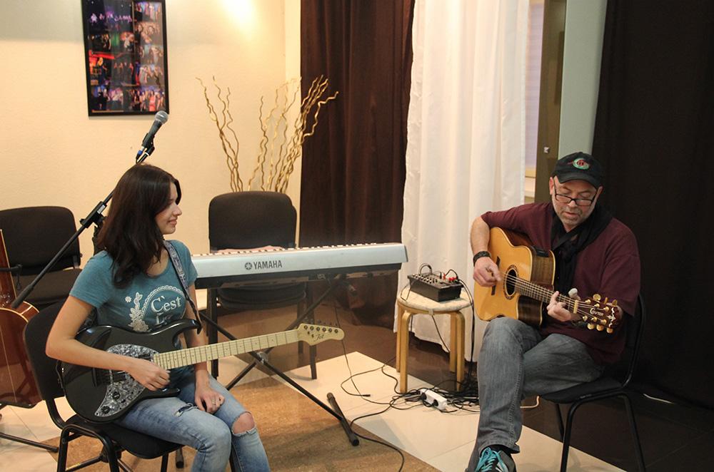 Сёмочкин Анатолий Валерьевич обучает игре на гитаре