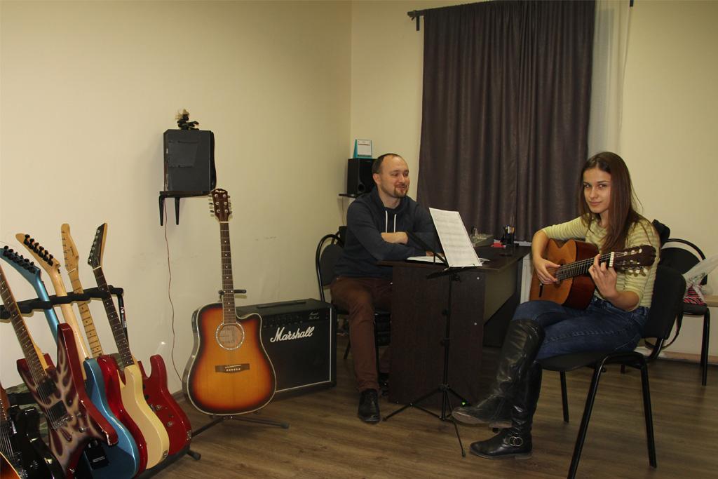 Обучение игре на гитаре в классе Красного Химика