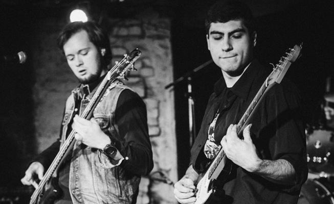начинающие гитаристы на сцене