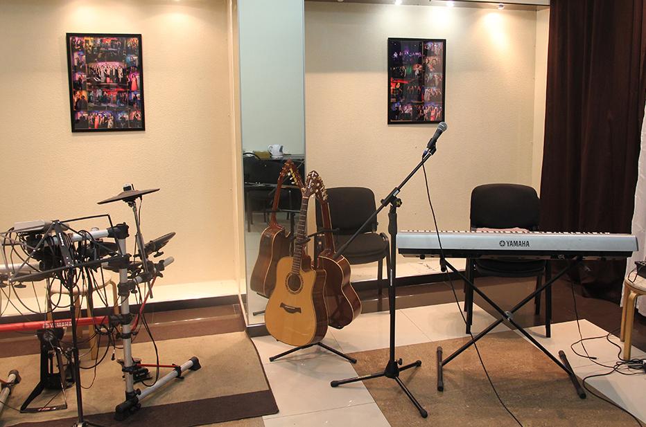 Гитары, ударная установка и синтезатор